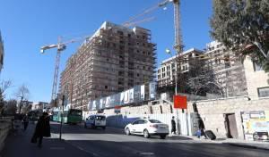 הבניינים המתנשאים לרום גובהם, מחופים כעת שטחים נכבדים מחזיתותיהם