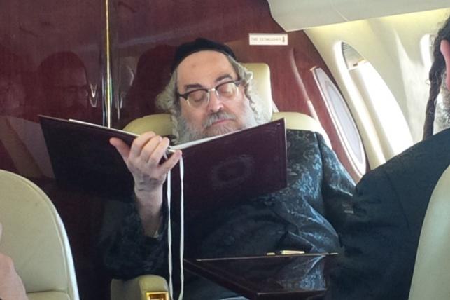 """האדמו""""ר במטוס בדרך לניחום"""