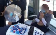 'אף מציץ': שוטרות אזקו אישה - שהתעלפה