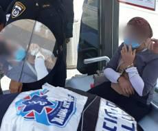 """""""האף מציץ"""": שוטרות אזקו אישה מתעלפת"""