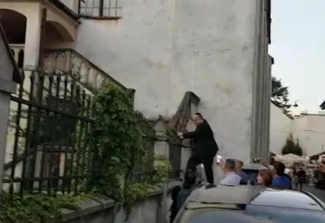 הרב מטפס לבית הכנסת