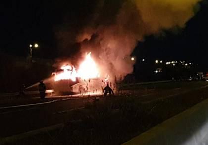 האוטובוס עלה באש - הכביש נחסם • תיעוד