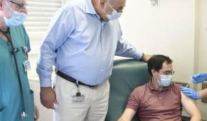 אחד מהנסיינים בעת מתן החיסון בהדסה