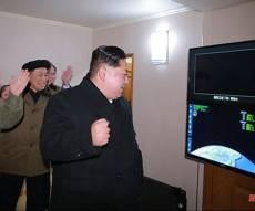 קים ג'ונג און באחד הניסויים - הודעת צפון קוריאה שהפתיעה את העולם