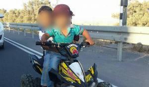 בני שנתיים על טרקטורון בכביש המהיר • צפו