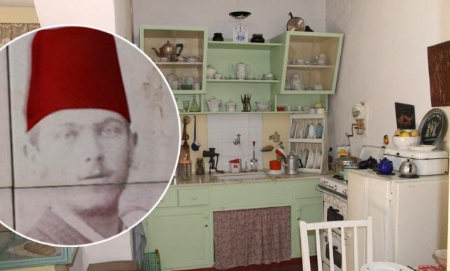 """הגרמ""""מ אפשטיין על רקע חדר במוזיאון 'החאן' בחדרה"""