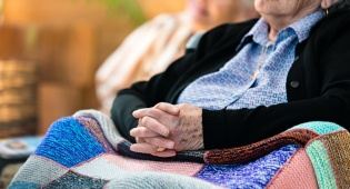 הקשישה לא הבינה את מהות העסקה כראוי. אילוסטרציה - העניקה לבתה דירה רגע לפני שהוכרזה כחסויה