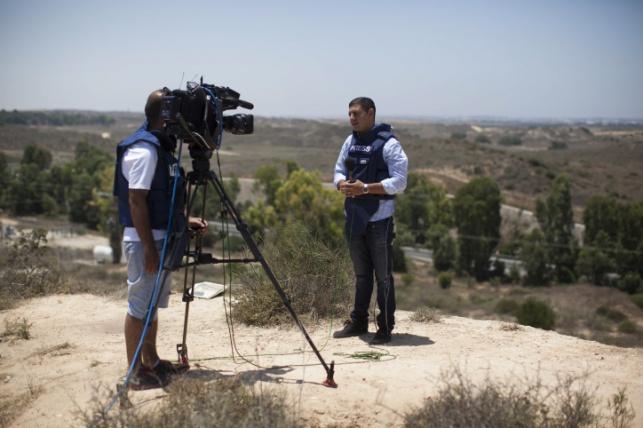 עיתונאי מדווח מגבול הרצועה