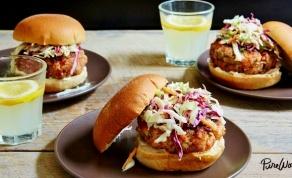 """המבורגר סלמון וסלט קולסלאו בלחמניות חיטה מלאה - """"המבורגר"""" מתוחכם קליל וטעים לתשעת הימים"""
