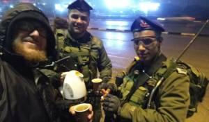 באמצע הלילה הקר: חיילים מזגו תה לאזרחים