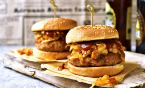 הצעת הגשה: בלחמניית המבורגר עם כרוב מטוגן - קציצות עוף רכות שמתקתקים ב-10 דקות