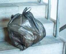 הנחת שקית אשפה המדיפה ריח במדרגות