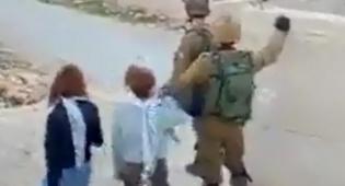 """תיעוד מקומם: פלסטיניות מכות חיילי צה""""ל"""
