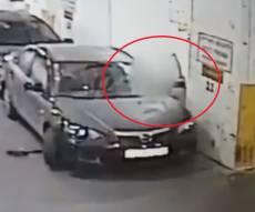 צפו: החשודה פורצת לרכבים וגונבת רכוש