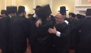 קונסול ישראל רוקד עם.. חתן חסיד סאטמר