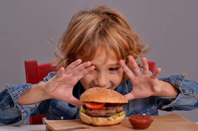אכילה רגשית: איך למנוע את הופעתה עוד בילדות?