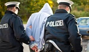 שוטרים גרמנים מבצעים מעצר