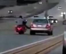 תיעוד מחריד: רוכב בעט במכונית, וזה מה שקרה