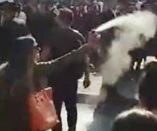 """התיעוד שהסעיר - החיילת שריססה מפגינים בגז מדמיע: """"השטן בהתגלמותו"""""""