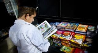 ספרים לילדים וכל המשפחה במבצע. אילוסטרציה - קוראים בחנוכה: מבצעים על ספרים לילדים