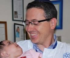 הפעוטה שנותחה - עם המנתח - נולדה  עם חשש לעיוורון וניצלה בניתוח נדיר