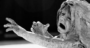 ילדה יהודיה בוכה - אנדרטה לזכר השואה