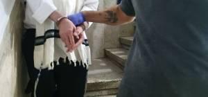 אחד החשודים עם מעצרו