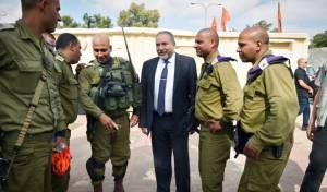 שר הביטחון לצד חיילים בדואים מגדוד הסיור המדברי. ארכיון
