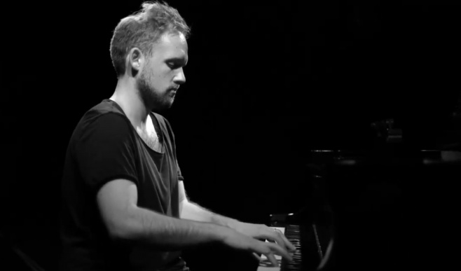 מנדי פורטנוי מפליא על הפסנתר: כי אנו עמך