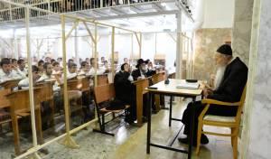 הגאון רבי יהודה עדס במסירת שיעור מתוך קפסולה