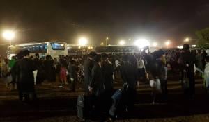 ההמונים ליד האוטובוסים - שני שוטרים תקפו חרדי באכזריות ונעצרו