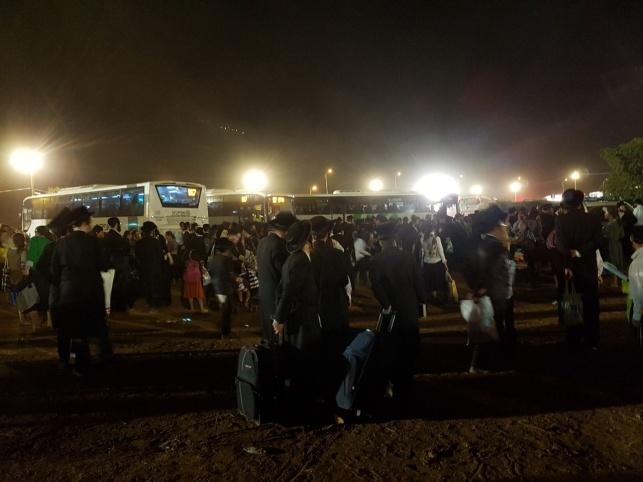 ההמונים ליד האוטובוסים