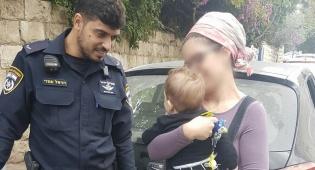 האם, התינוק והשוטרים - פעוט ננעל ברכב וחולץ לידי אמו המבוהלת