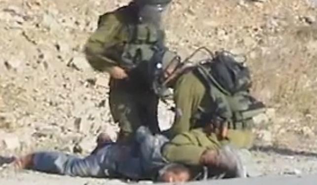 חיילים שתועדו מכים פלסטיני נענשו