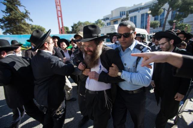 מעצרים בהפגנת הפלג מול בית המשפט, אתמול