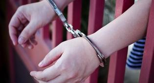 בן 13 נתפס כשהוא פורץ לרכבים וגונב רכוש