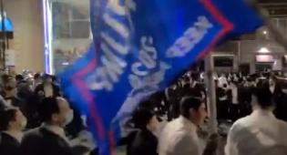 הפגנות בורו פארק: רוקדים עם דגלי טראמפ
