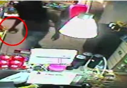 שדד חנות נוחות באמצעות אבן גדולה ונעצר