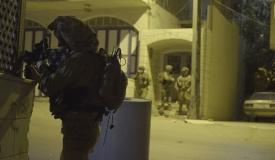 """לוחמי צה""""ל פשטו על בית המחבל והותקפו"""
