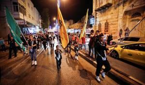 צעירים משולהבים ברחובות חברון. ארכיון - הכירו: השייח מחמאס שהפך לאוהד ישראל