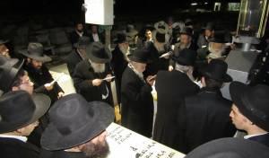 """ראשי הישיבות בתפילה - צפו: תפילת ראשי הישיבות על מרן הגרא""""ל"""