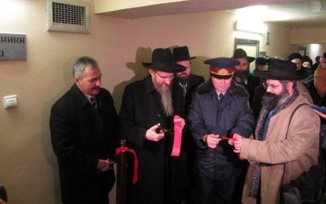 גוזרים את הסרט, בחנוכת בית הכנסת