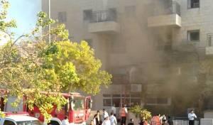 זירת הדליקה - אם ובנה נפצעו בשריפה בבנין בביתר עלית