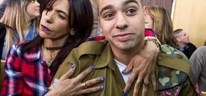 אזריה ואמו בבית הדין הצבאי. היום - אלאור אזריה - דגל שחור מעל המוסר היהודי