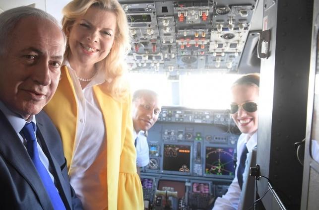 נחמה שפיגל, הטייסת החרדית בתא הטייס. עם בני הזוג נתניהו