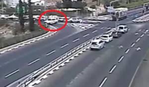 צפו בתאונה: הנהג חצה מסלולים והתהפך