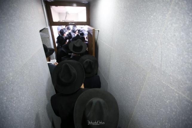 עלייה לקבר אביו של הרבי מליובאוויטש. צפו