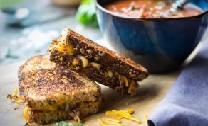 טוסט עם גבינה ובצל מקורמל בסגנון צרפתי