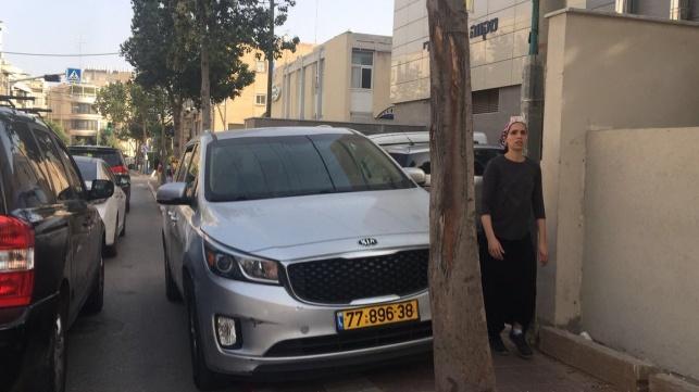 רכבו של זייברט חונה באדום לבן