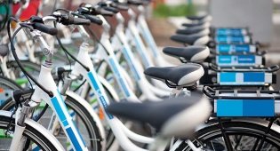 רוכבי אופניים חשמליים על הכוונת